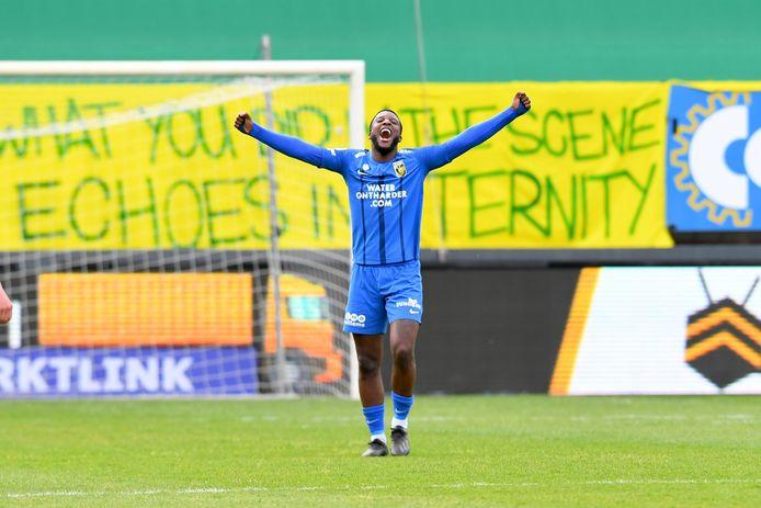 Riechedly Bazoer viert het Europese ticket van Vitesse, na de 3-3 bij Fortuna Sittard.
