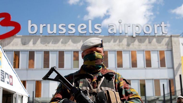 Een Belgische militair bewaakt de toegang naar Brussels Airport na de aanslagen in Brussel en Zaventem van enkele weken geleden. Beeld reuters