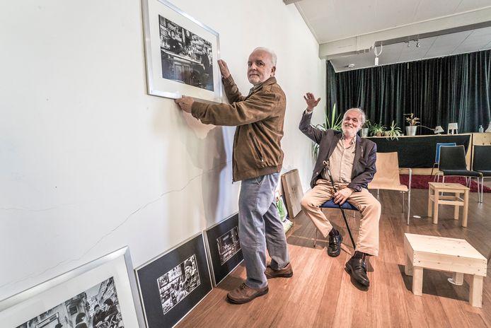 Fotografen Wil Groen (voorgrond) en Roel de Oude leggen de laatste hand aan hun 'België-expo' in het Prinsenkwartier.