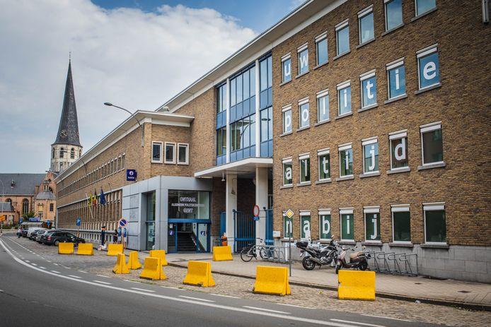 De lokale politie van Gent zit in dit verouderde gebouw aan Ekkergem.