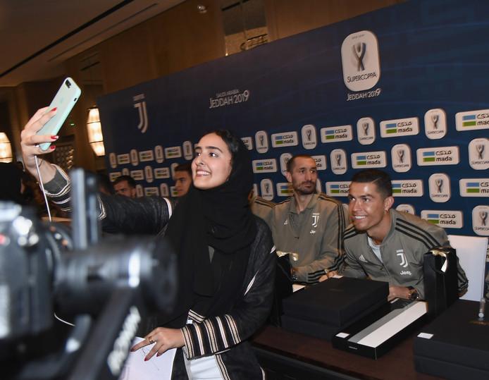 Cristiano Ronaldo gaat op de foto voorafgaand aan de Supercoppa.