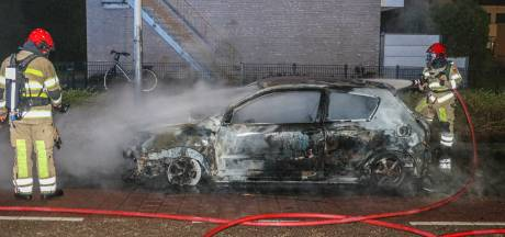 Nachtelijke brand verwoest geparkeerde auto op Urk