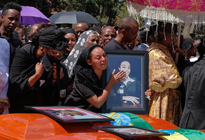 Diepe rouw tijdens een herdenkingsdienst voor de slachtoffers van de crash van de Boeing 737 Max van Ethiopian Airways vorige week bij Addis Abeba.