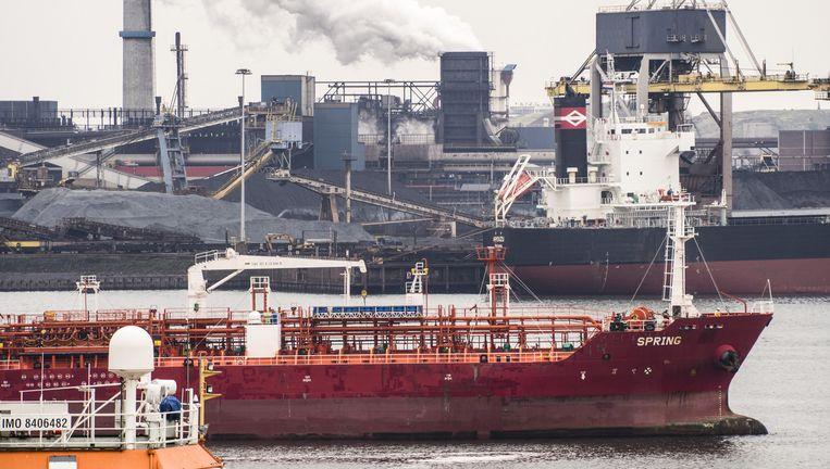 Een olietanker vaart langs Tata Steel IJmuiden binnen. Beeld Ashley Cooper/HH