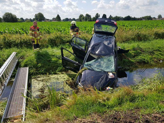 Vanmorgen is een auto over de kop geslagen en in de sloot beland op de N377 bij Dedemsvaart.