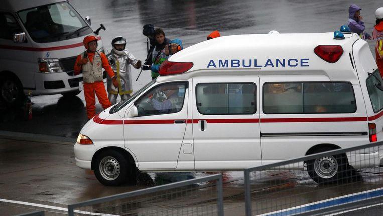 Jules Bianchi wordt afgevoerd in een ambulance na zijn crash in De Grote Prijs van Japan. Beeld reuters
