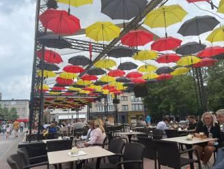 Prachtige paraplu's dompelen Genks stadsplein onder in EK-sfeer