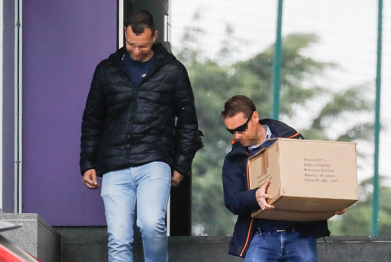 Politieagenten verlaten het oefencentrum van Anderlecht.  Beeld BELGA