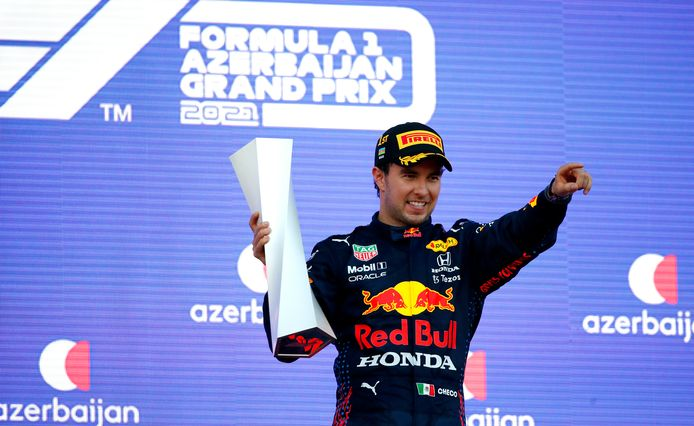 Sergio Pérez viert zijn verrassende overwinning in Baku.
