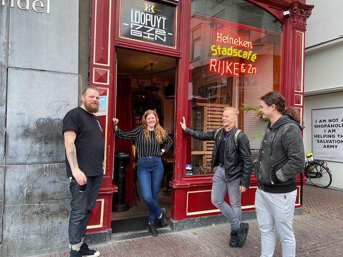 """Barman John de Kort (links) in Dordrecht  drinkt zelf het laatste drankje voor deur van zijn café. ,,Mag dat eigenlijk nog?"""""""