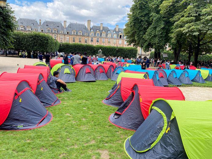 Des migrants et des militants d'ONG installent un campement composé de tentes pour attirer l'attention sur les conditions de vie des migrants et demander un hébergement, sur la Place des Vosges à Paris.
