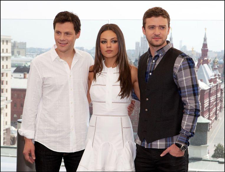 Mila Kunis met tegenspelers Justin Timberlake en Will Gluck uit de film Friends with Benefits. Beeld photo_news