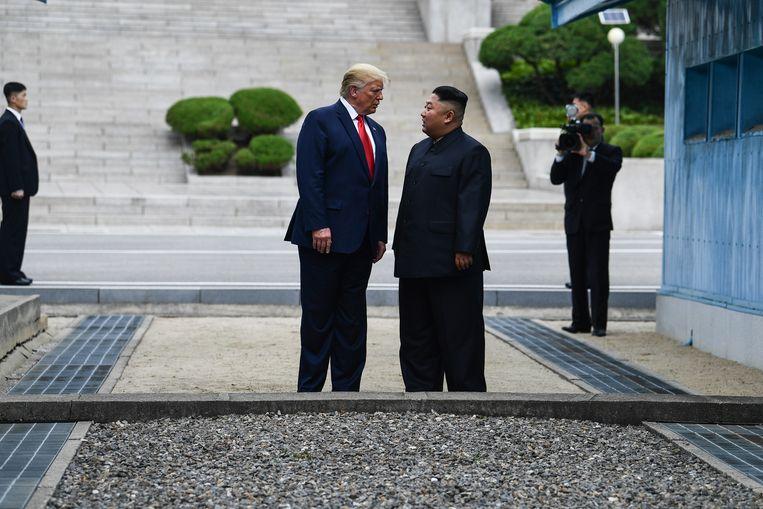 De Amerikaanse president Donald Trump en de Noord-Koreaanse leider Kim Jong-un ontmoeten elkaar in de gedemilitariseerde zone tussen Noord- en Zuid-Korea.  Beeld AFP