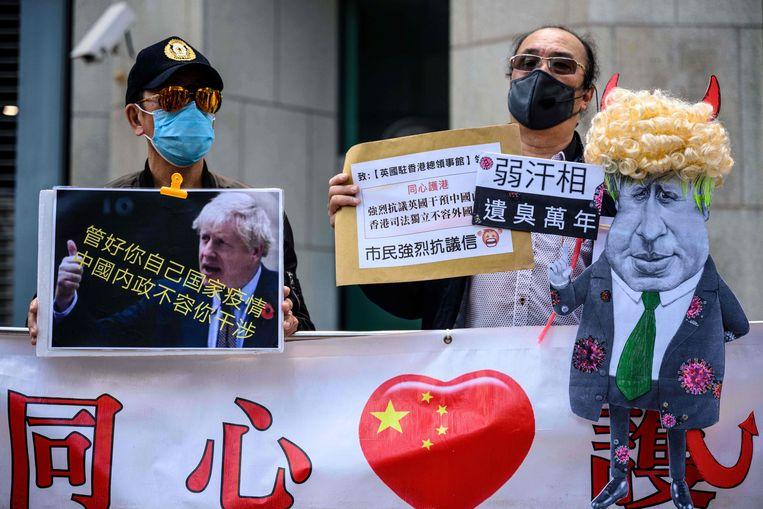 Pro-China-betogers demonstreren voor het Britse consulaat in Hongkong. Beeld AFP