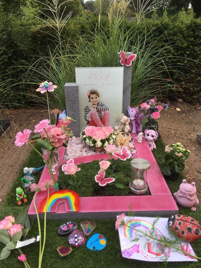 Het graf van Floor, de dochter van Ingrid en Jeroen van Til: 'Waar moeten wij en iedereen die een beetje liefde komt brengen bij het graf het dan laten?'