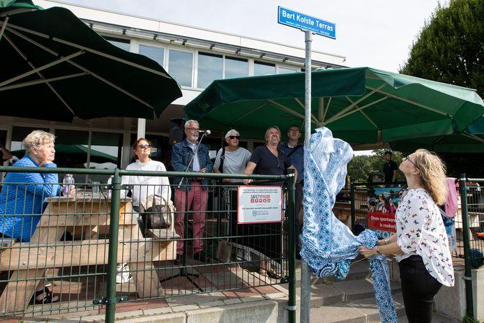 Echtgenote Wendy onthulde zondagmiddag het naambord van het terras bij voetbalclub ATC '65 dat is vernoemd naar haar man, Bart Kolste.