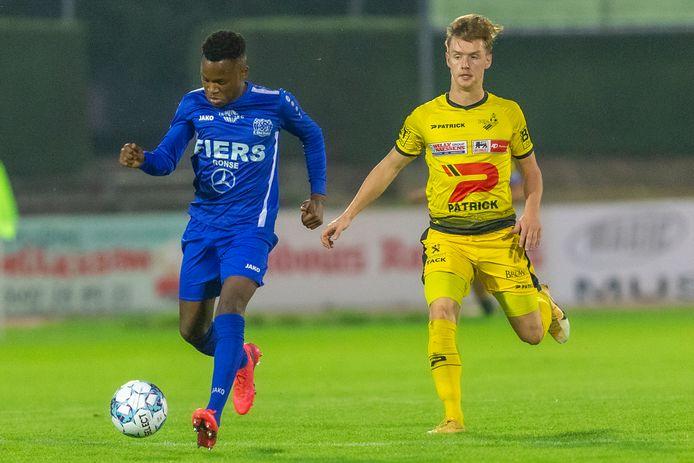 Lorenzo Heirwegh holt achter Robby Ndefe. De kleurling van Olsa Brakel deed KSV Oudenaarde meer dan één keer pijn.
