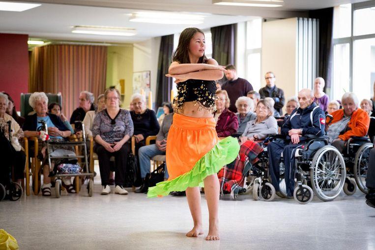 Een gracieuze danseres van Dansstudio Marlynes houdt de bewoners van het Hof van Egmont in de ban.