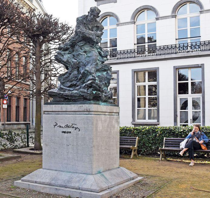 Antwerpen, standbeeld van Paul van Ostaijen.