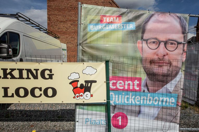 Is de verkiezingsmoeheid toegeslagen onder de 'plakkers'? Sommige posters, zoals die hier van Vincen Quickenborne, kregen wel een erg aparte plaats toegekend.