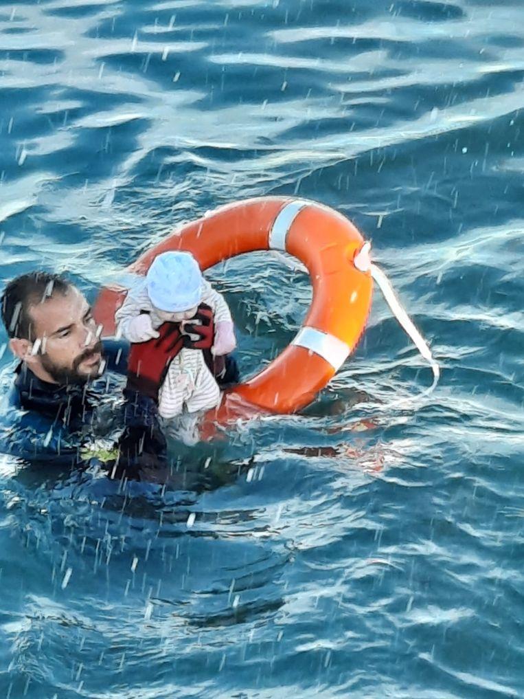 Het pakkende beeld van Juan Francisco Valle terwijl hij de baby redt. Beeld Guardia Civil