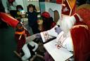 Sinterklaas op bezoek bij de asielzoekerskinderen van Oisterwijk (1998).