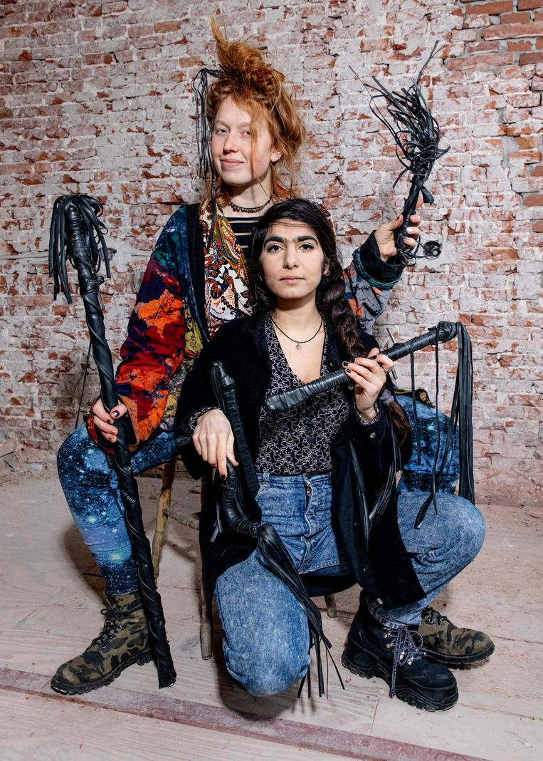 Margo Moutarde' (achter) en Shimaya Jahangiri maken zweepjes van fietsbanden. Beeld Lin Woldendorp