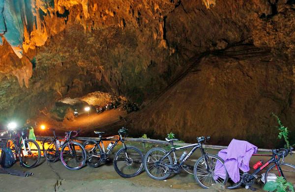 Het raadsel van de **omgekeerde fietsen** bij de Thaise grot