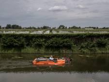 Onder water tuinieren met een groot mes aan een bootje