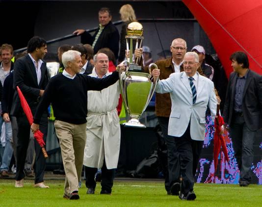 Oud-spelers Ove Kindvall, Coen Moulijn, Joop van Daele en Henk Schouten betreden de Kuip met in hun handen de Europacup 1 uit 1970 en de Wereldbeker uit hetzelfde jaar.