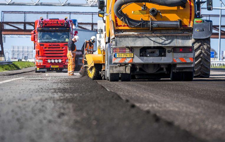Asfaltrecycling is van groot belang voor het onderhoud en de aanleg van nieuwe wegen. Ongeveer 40 procent van al het geproduceerde asfalt is gerecycled.  Beeld ANP