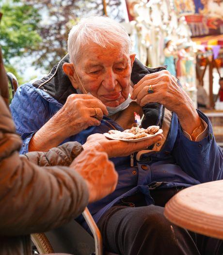 Een draaiorgel en poffertjes uit Rotterdam voor de jarige Piet (95) uit Koewacht