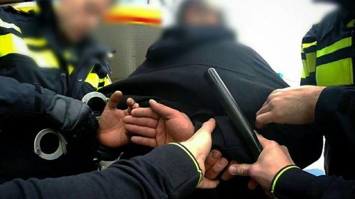 Een man uit Breda wordt gearresteerd nadat hij geluidsoverlast heeft veroorzaakt en een agent met de dood heeft bedreigd.