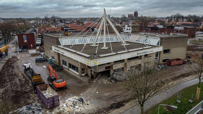 Het gebouw van Beursplein Rivierenland gaat plat om plaats te maken voor appartementen.