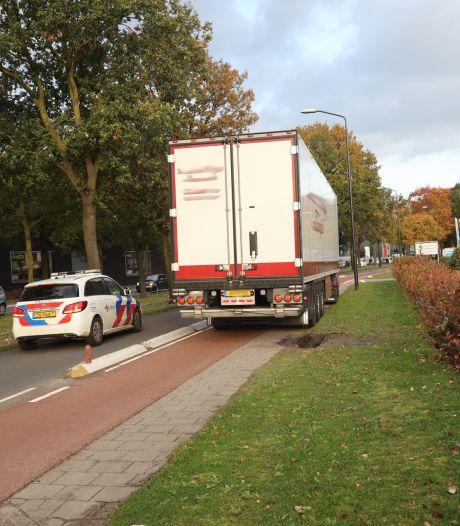 Botsing met vrachtwagen en fietser in Uden, man met spoed naar ziekenhuis gebracht