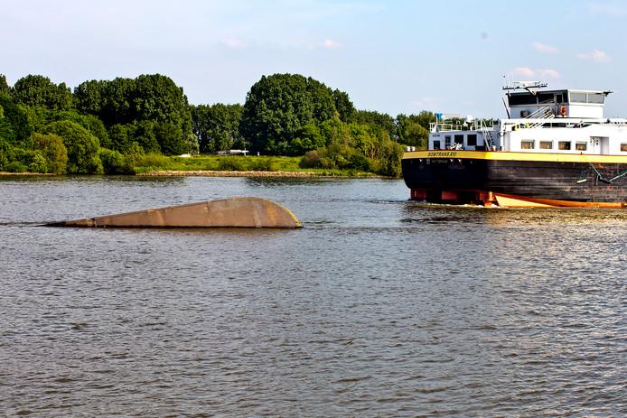 De Coxswain steekt nog net boven water uit, achter de veel grotere tanker Somtrans XIII. ZE wordt waarschiojjnlijk maandagmiddag geborgen.
