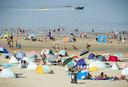 Badgasten op het strand van Zandvoort. Ook zondag zal het weer druk zijn langs en op weg naar de Nederlandse kust.