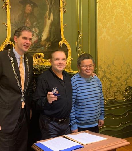 Dordtenaar Ruud Stehouwer redde het leven van Gideon en is nu beloond voor zijn heldendaad
