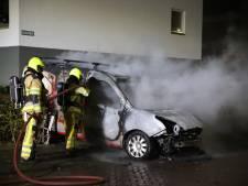 Bedrijfsauto met daarin gasflessen verwoest door brand in Tiel