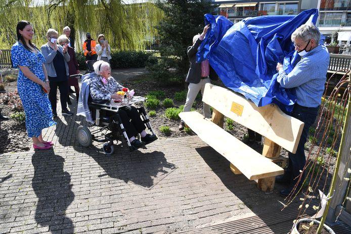 Voor haar 100ste verjaardag krijgt mevrouw Wijtenburg een bankje cadeau van burgemeester Hanne van Aart (links) van Loon op Zand.
