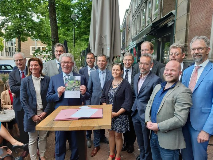 Kandidaat-leden van het Gelderse college van gedeputeerden en hun onderhandelaars bij de presentatie van het coalitie-akkoord. Christianne van der Wal (VVD) staat links van Jan Markink (VVD), rechts naast Markink staat Peter van 't Hoog achteraan (CU). Tweede van rechts is Peter Kerris (PvdA) met links van hem Jan van der Meer (GroenLinks). Achter hen beiden Peter Drenth (CDA).