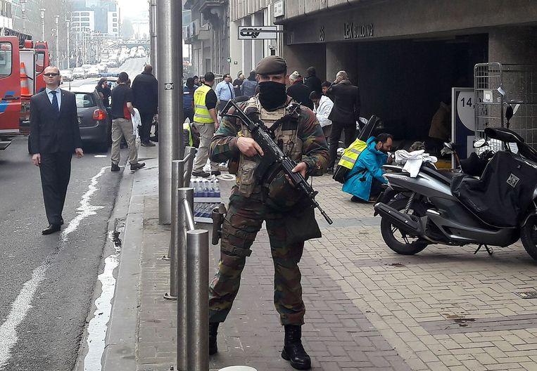 Een Belgische militair houdt de wacht buiten metrostation Maalbeek in Brussel. Beeld afp