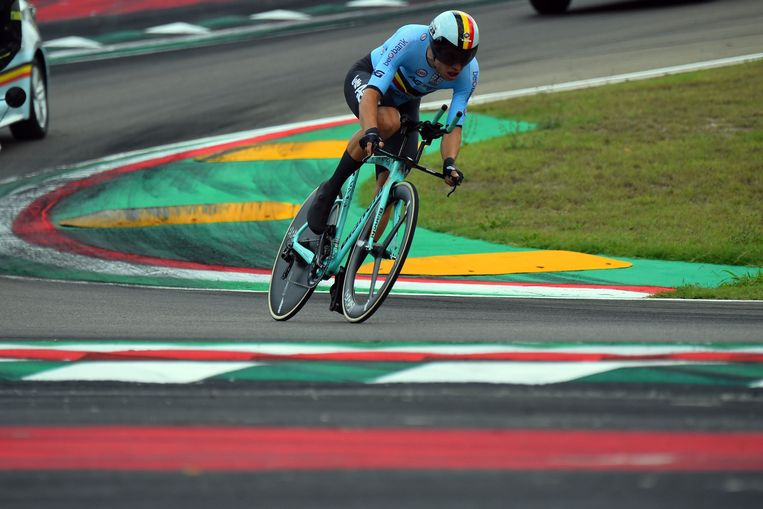 Wout van Aert snijdt de laatste bochten aan op het racecircuit van Imola. Beeld Photo News