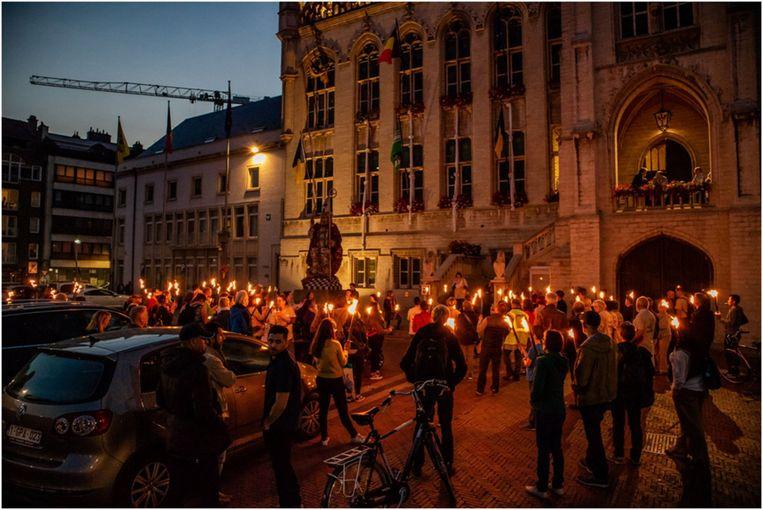 Met een fakkeltocht zetten armoede- en welzijnsorganisaties hun eis voor meer armoedebestrijding in Sint-Niklaas kracht bij.