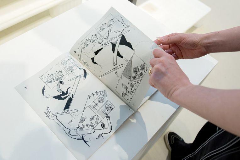 Julian Hetzel heeft een handleiding van de Ikea volgetekend.  Beeld Maartje Geels