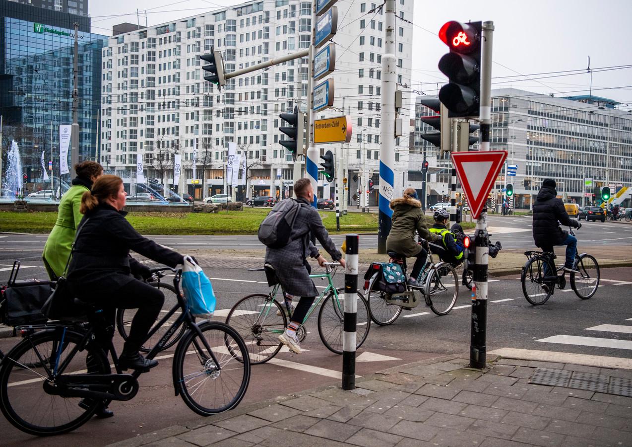 Geen fietser blijft nog netjes voor rood staan bij het Hofplein.