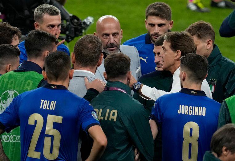Vialli en Mancini spreken de spelers moed in voor de penaltyreeks tegen Spanje, die gewonnen zou worden. Beeld Pool via REUTERS