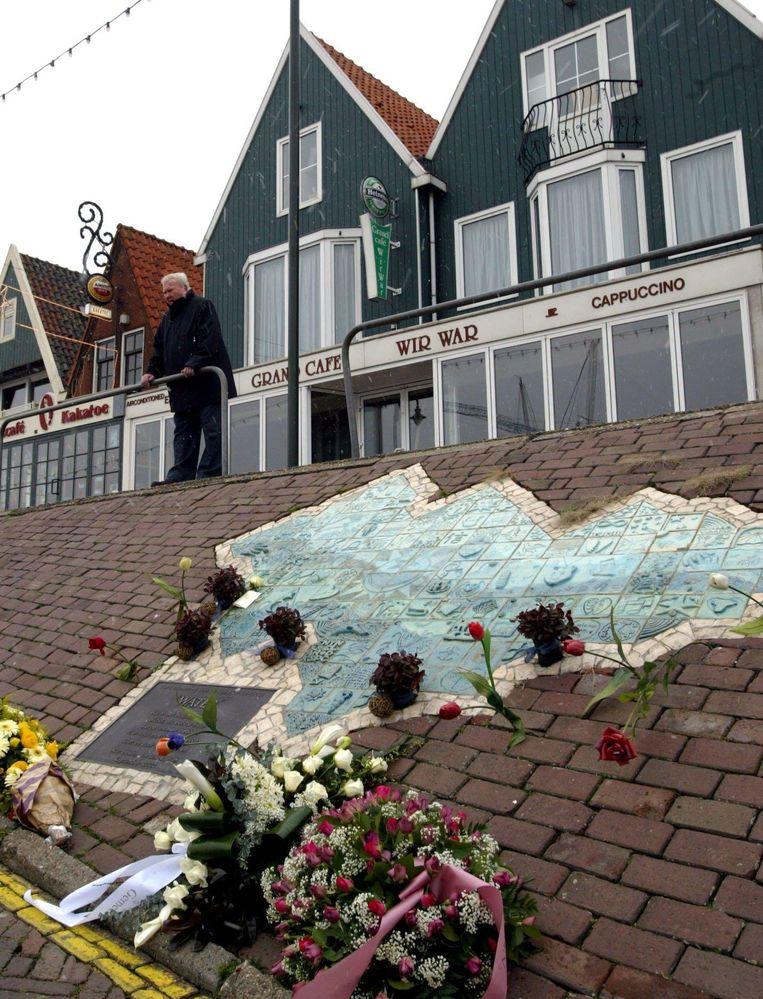Het monument op de dijk ter herinnering aan de brand, tegenover de ramplek. Beeld TOUSSAINT KLUITERS/Hollandse Hoogte/ANP