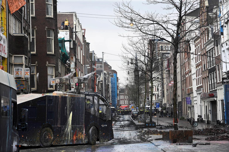 ME tijdens de ontruiming van de Tabakspanden in de Spuistraat in het centrum in 2015. Kraken is steeds minder succesvol in Amsterdam. Beeld Evert Elzinga/ANP