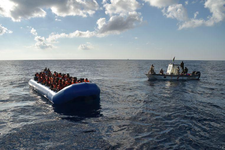 Libische kustwacht op weg naar een boot met migranten, in de Middellandse Zee. Beeld AFP
